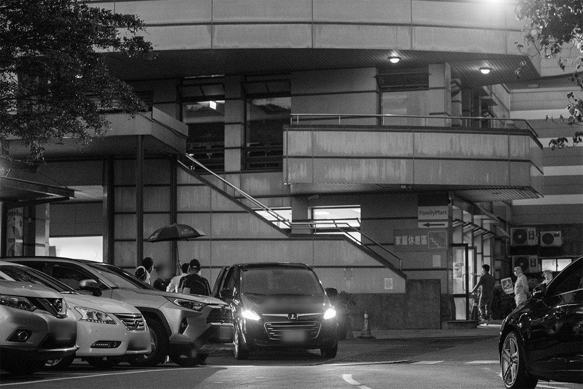 台北第二殯儀館火化場側門,家屬與殯葬業者皆全副武裝,嚴陣以待(非本文當事人)。
