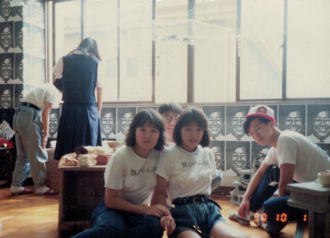 中學時期的塩田千春(左)對繪畫充滿興趣。圖/藝術家及臺北市立美術館提供