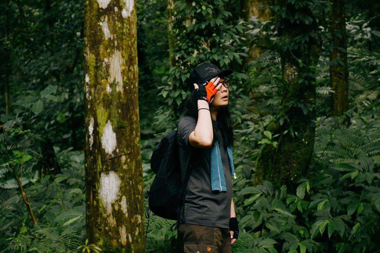 王耀邦走進山裡,感受山林。圖/格式設計展策提供、汪德範攝影