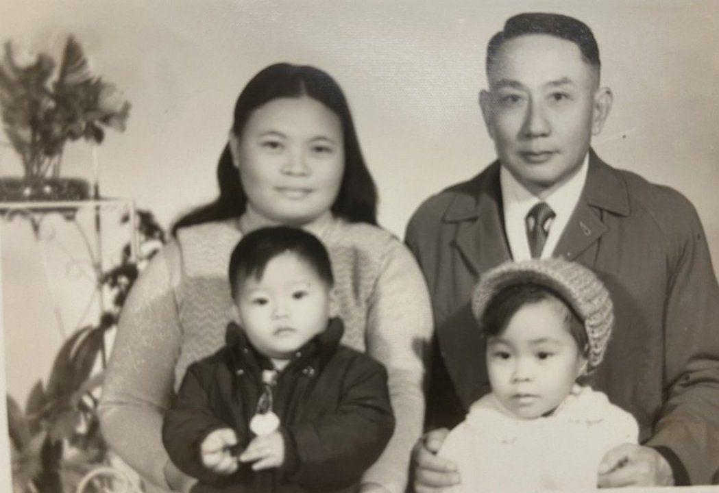 淦克萍(右前)與雙親及弟弟。圖/種籽提供