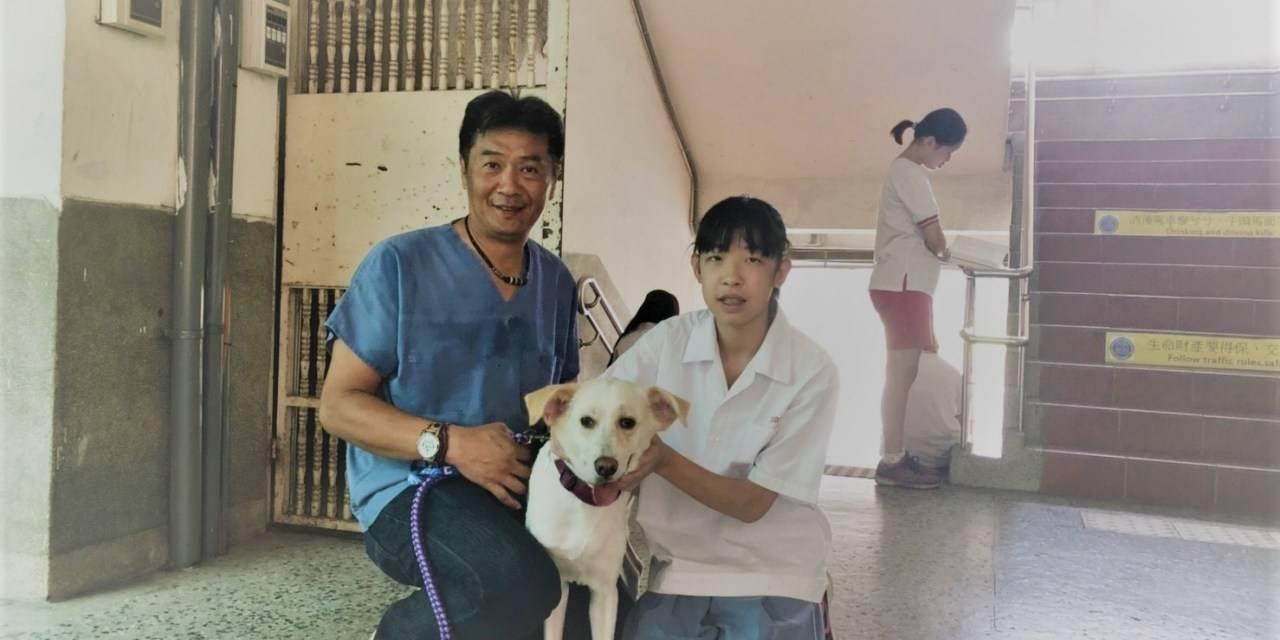 楊靜宇到重慶國中分享校犬照護知識(楊靜宇提供)