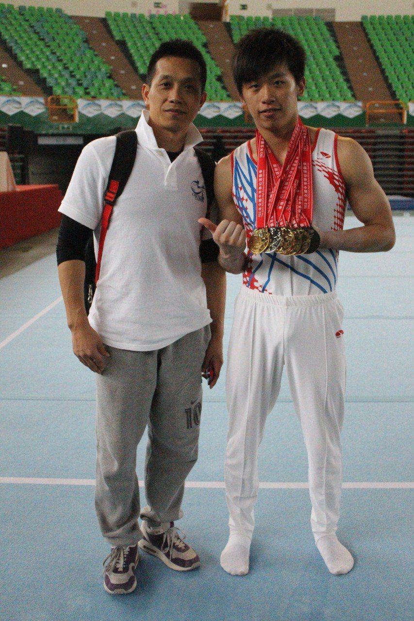 李智凱(右)和教練林育信。照片提供/李智凱