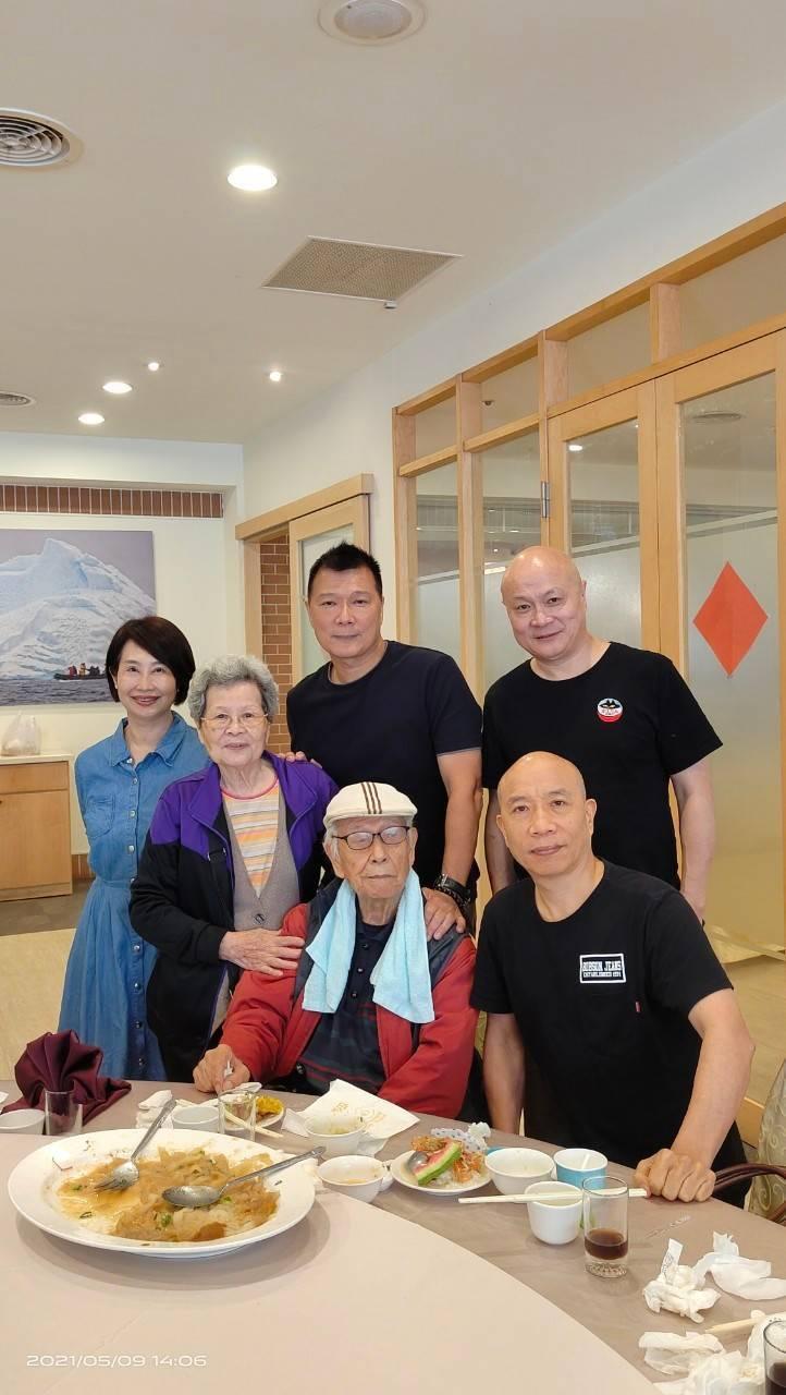 蔡詩萍父親(中)當年一人來台,如今子女環繞。圖/蔡詩萍提供