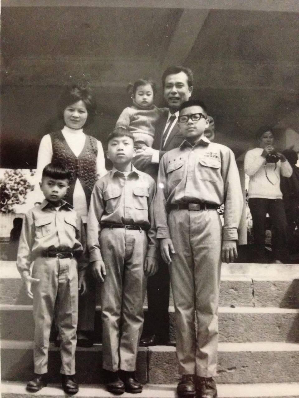 小時候的蔡詩萍(前排右一)與父母、弟妹。圖/蔡詩萍提供