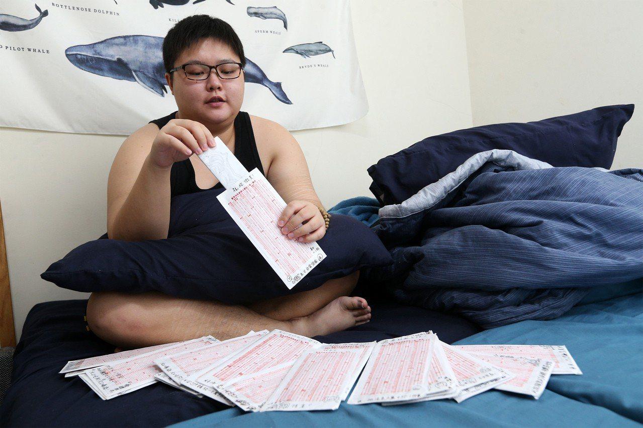 李昀與玉里療養院的病友通信,互相關心。