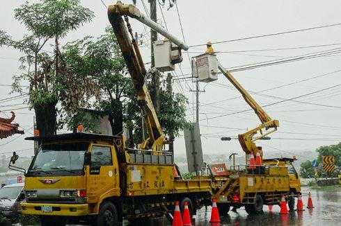 批台電風災後修電慢 林全:路不通不是問題