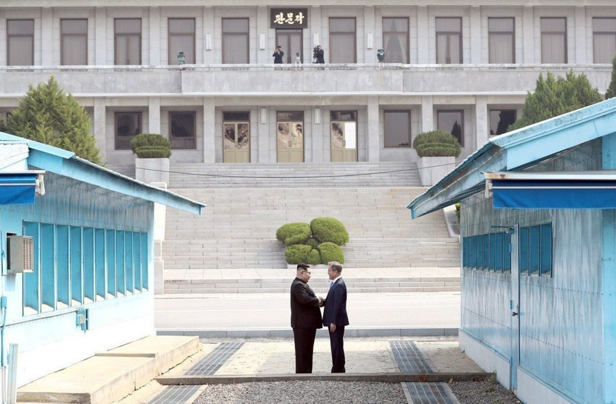 金正恩與文在寅見面便微笑握手,隨後牽手共同跨越38度線。圖/兩韓峰會共同採訪團