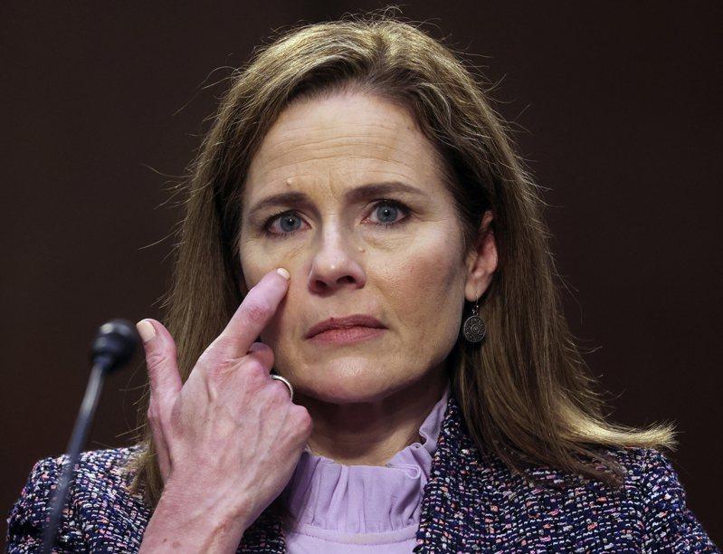 聯邦最高院大法官被提名人巴瑞特在參院的任命聽證會日結束,她與2018年卡瓦諾大法官的遭遇相比,過程平順。美聯社