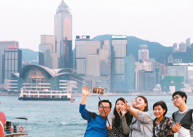 香港旅遊業界今天發起大巴慢駛遊行,要求政府強硬讓全體市民進行新冠肺炎檢測,以切斷疫情並恢復與中國大陸和澳門通關,讓業務得以復甦。(本報資料照片)