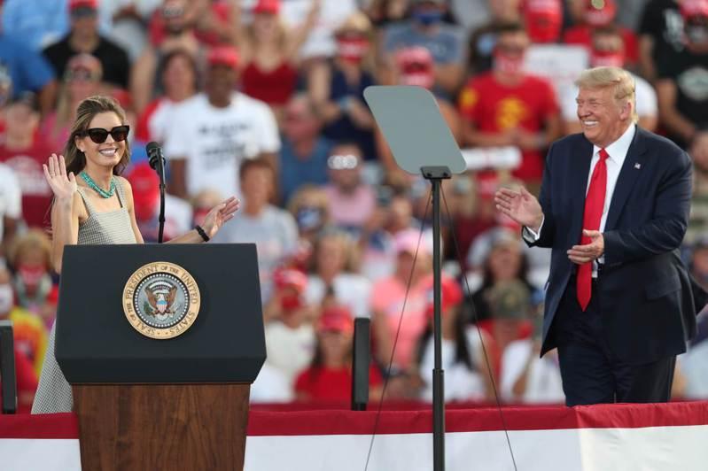 川普總統(右)16日在佛州Ocala國際機場造勢,左為他的首位染疫幕僚希克斯;兩人都宣稱已經康復。(Getty Images)