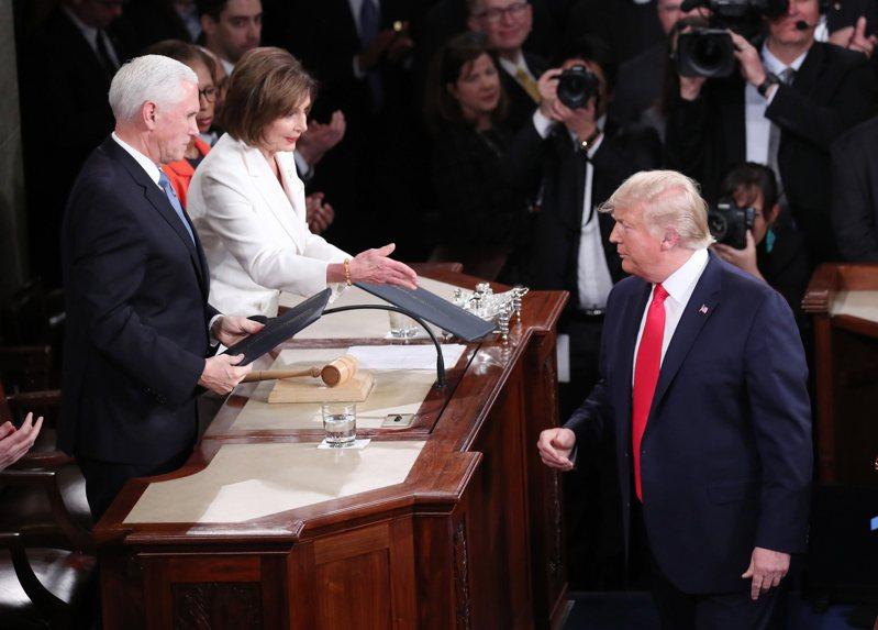 「話不投機半句多」,川普總統和國會眾院議長波洛西已整整一年沒有說話了;圖為2月5日川普發表國情咨文前,與波洛西四目相對。(歐新社)