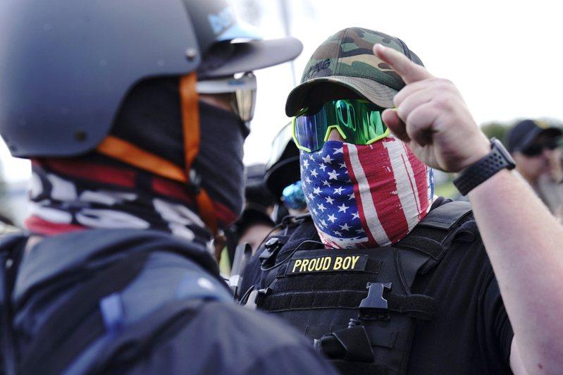 執法單位擔心,右派極端分子可能在今年選舉引發暴力事件;圖為「驕傲男孩」組織成員在俄勒岡州一場示威活動上與警察對峙。 (美聯社)