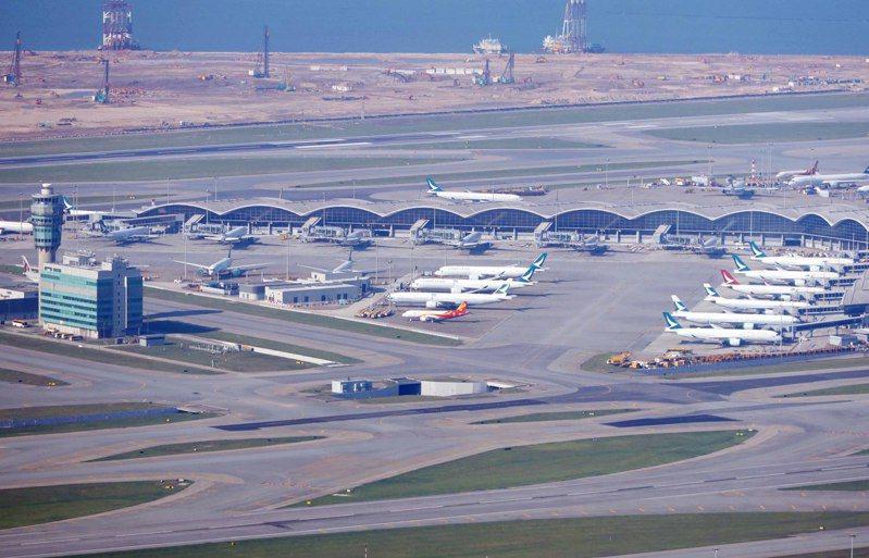 疫情令香港航空業備受打擊,大量飛機停泊機場。(中通社)