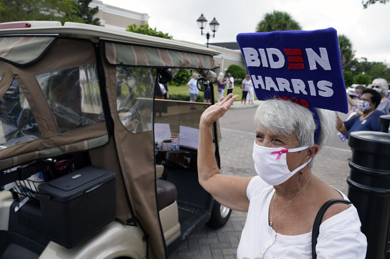 南佛州老人村的銀髮退休族對川普防疫抗疫失策,可能將轉向支持民主黨拜登。(美聯社)