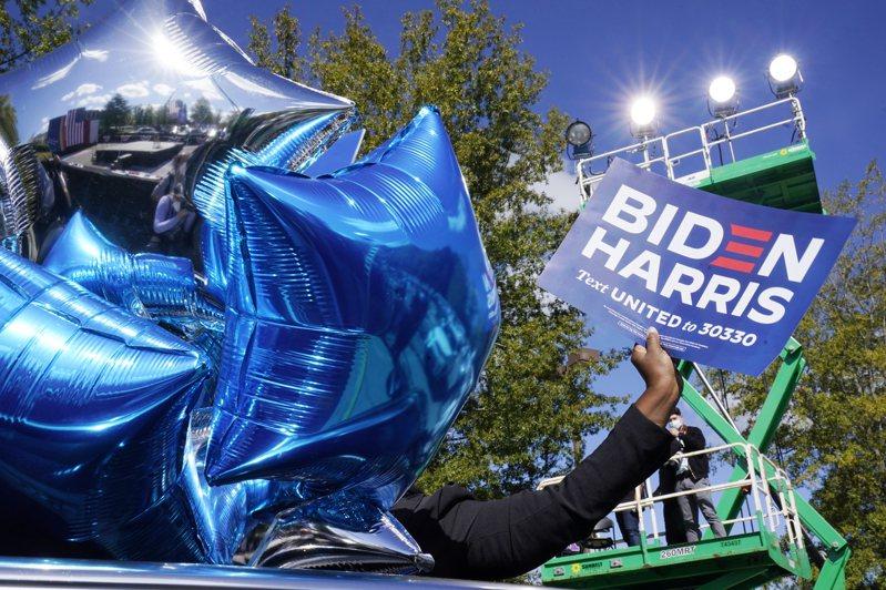 在北卡州德罕市歡迎拜登的支持者。(美聯社)