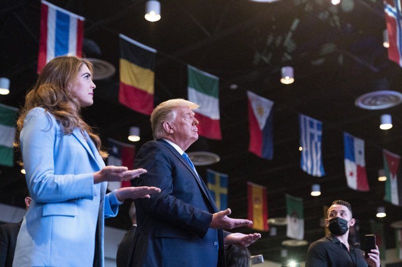 日前傳出新冠確診的白宫資深顧問希克斯(左),18日下午隨同川普總統到內華達州拉斯維加斯市參加競選活動,兩人在教堂中祈禱。顯然希克斯已經痊癒。(美聯社)