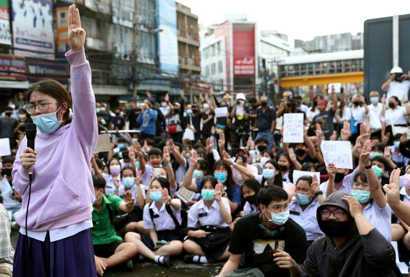 泰國反政府示威人士無懼政府各種威嚇手段,從14日至今每天都有上萬民眾在街頭要求總理下台。(路透)