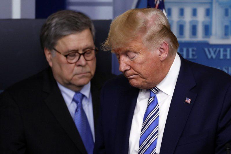 川普總統揚言司法部長巴維理(左)必須要處理調查民主黨白登么兒杭特電郵是否涉及相關不法。(美聯社)