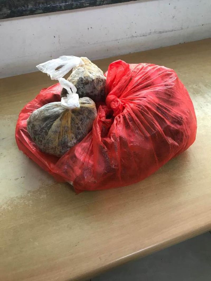 上海男子與女友爭吵後從8樓拋下的近4.5公斤凍牛肉。(取材自澎湃新聞)