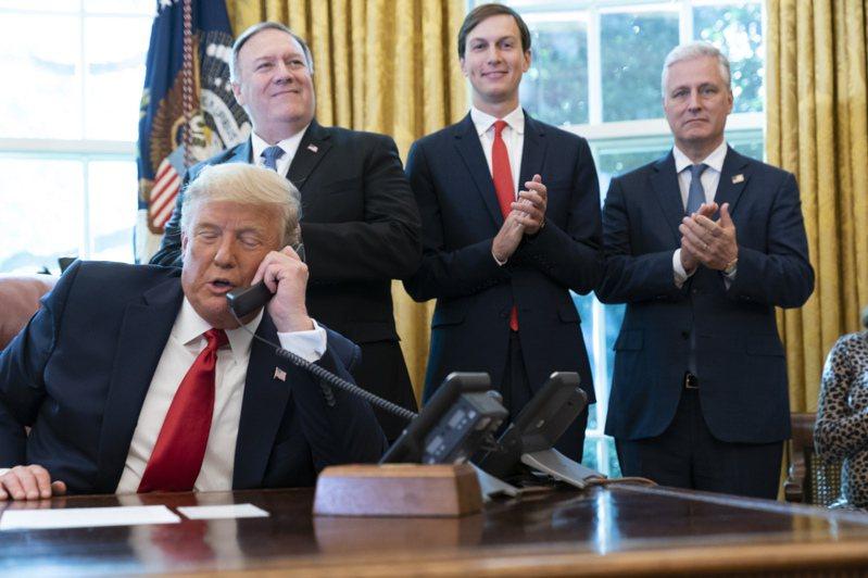 白宮宣布在美斡旋之後,蘇丹與以色列建交。川普總統在橢圓形辦公室與兩國領導人通話。美聯社