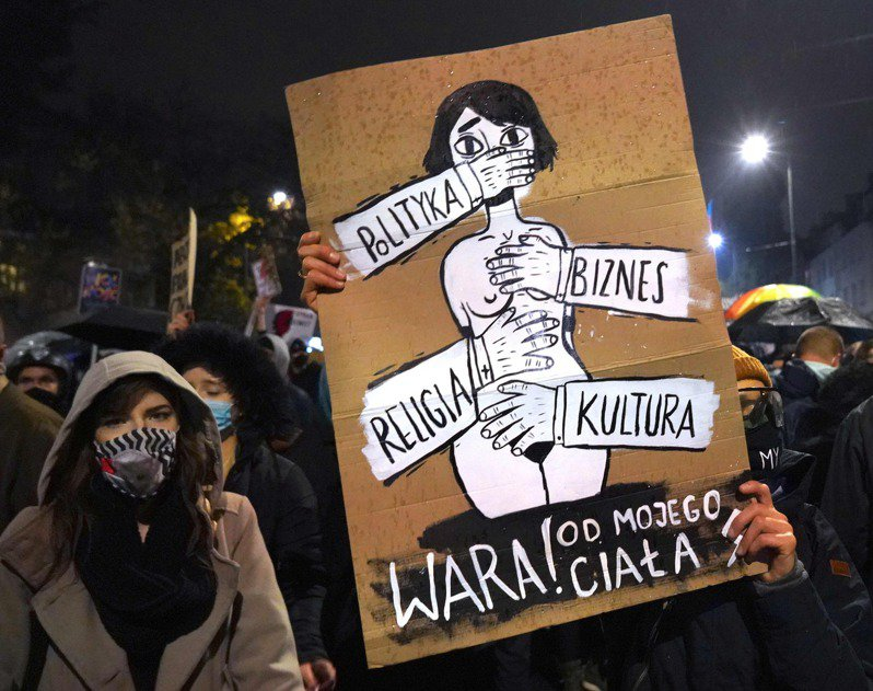 華沙民眾不滿波蘭最高法院判決畸胎墮胎「違憲」,上街示威。(Getty Images)