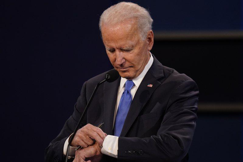 民主黨總統候選人白登22日在田納西州舉行的第二場辯論會上低頭看手表。(美聯社)