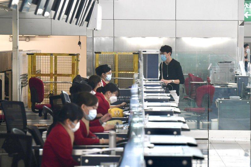 國泰航空23日向員工發出電郵,表明不會就合約條款與工會談判,並重申員工倘不簽署就會被解僱。圖為香港國際機場國泰航空櫃位。(中通社)