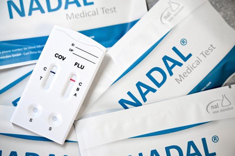 圖為一間藥廠推出的流感和新冠合一測試包。歐新社