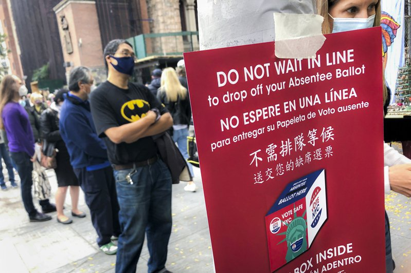 紐約州啟動為期九天的大選提前投票站,24日首日投票人潮大排長龍,很多華人選民一早就前往排隊投票。(美聯社)