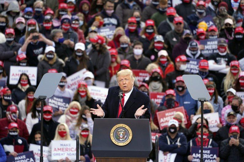 川普總統25日飛到東北部新英格蘭區,連訪新罕布夏州與緬因州,展開投票日前的最後衝刺。圖為他在新罕布夏州的造勢大會上演講。(美聯社)
