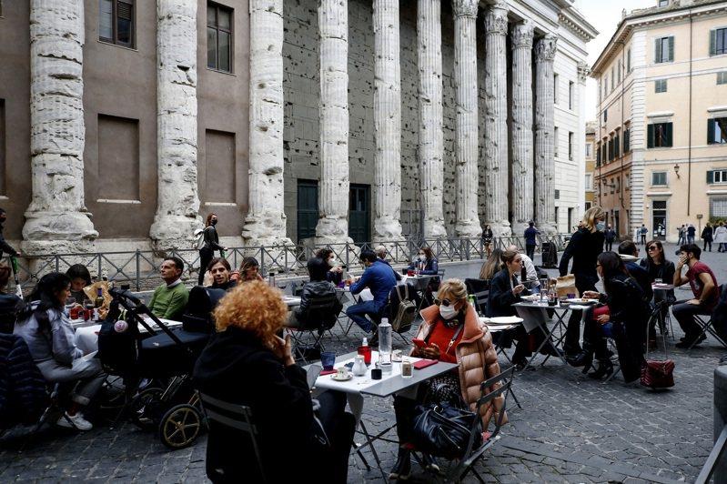 為遏止第2波新型冠狀病毒疫情,義大利政府宣布實施新禁令,引發數千群眾在羅馬、米蘭等十多個城市抗議,並與警方發生衝突。(美聯社)