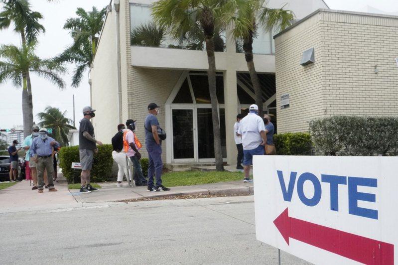 儘管面臨新冠病毒疫情,全美各地提前投票的選民投票踴躍。  (美聯社)