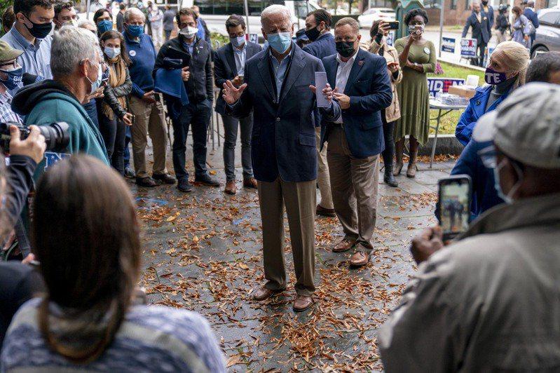 民主黨總統候選人拜登26日在賓州競選,他的拜票行程簡單。極少與選民接觸的機會。(美聯社)