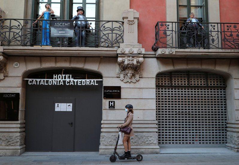 入冬後的歐洲,迎來第二波新冠肺炎疫情高峰,西班牙加泰隆尼亞自治區超前部署,考慮在這個周末開始,進入全城封鎖的防疫階段。(路透)
