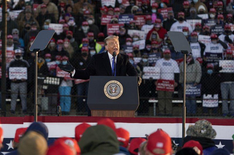 大選投票進入不到一周,川普總統27日連趕多場造勢競選。圖為川普27日下午在密西根州蘭斯市附近機場平台造勢競選。(美聯社)