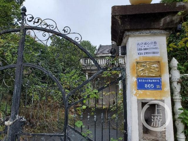 長沙同升湖山莊一棟臨湖別墅門外貼有「此房誠心出售」的廣告。(取材自上游新聞)