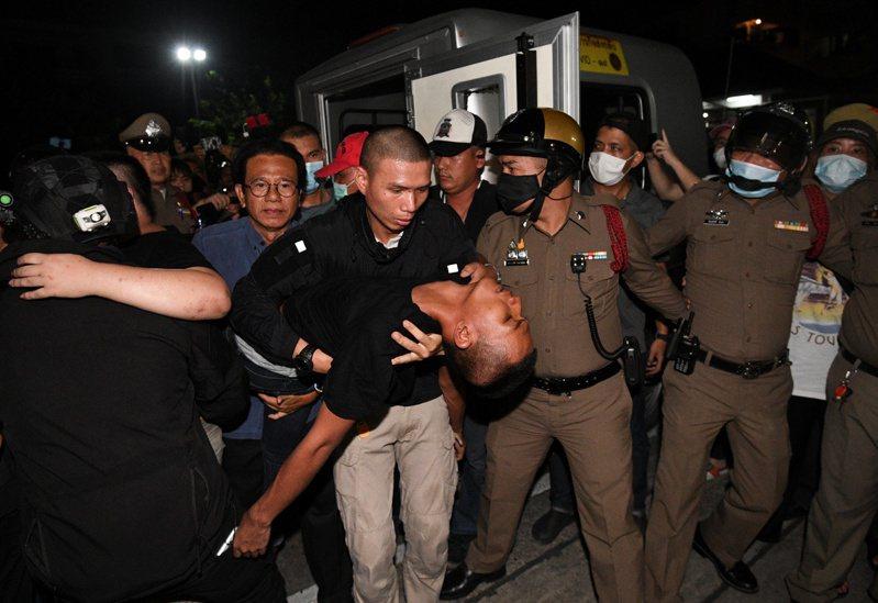 泰國反政府示威學生領袖帕努蓬遭員警鎖喉而昏厥。(路透)