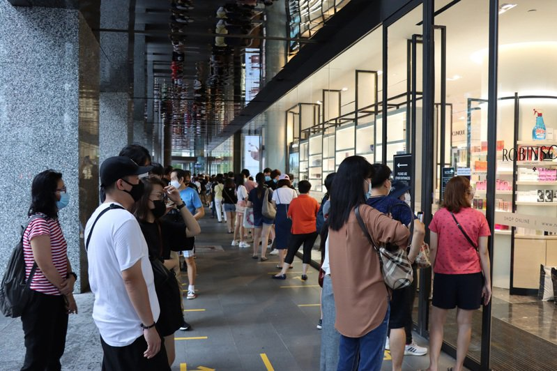 擁有超過160年歷史的新加坡本地百貨公司羅敏申(Robinsons)宣布將結束營業,烏節路麒麟大廈店面門口31日出現排隊人潮。(中央社)