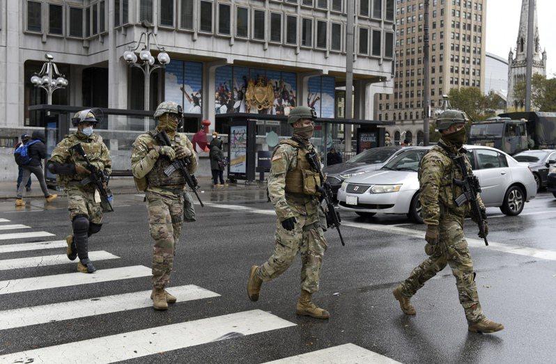 各州政府擔憂選後發生暴動,除了加強警力安排,國民兵組織還成立新的單位準備因應。圖為在費城街頭巡邏的國民兵。(美聯社)