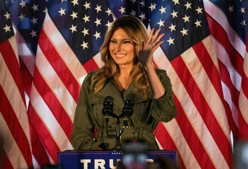 現任第一夫人梅蘭妮亞冷靜寡言,雖夫唱婦隨,但保有自我獨立的風格,避談川普缺點。圖為她10月27日在賓州為川普助選。(Getty Images)