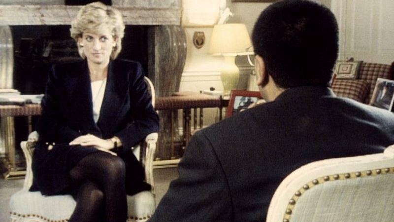 BBC記者巴希爾(背對鏡頭者)1995年11月在《廣角鏡》節目中專訪黛安娜王妃。(BBC訪問視頻截圖)