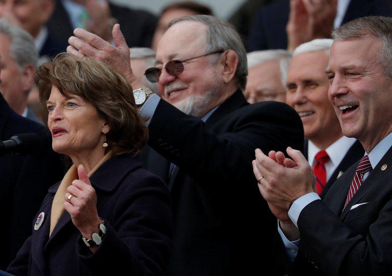 國會參眾兩院的共和黨人,在大選之後力撐川普質疑選舉正當性,但是還能堅持多久,有待觀察。 路透