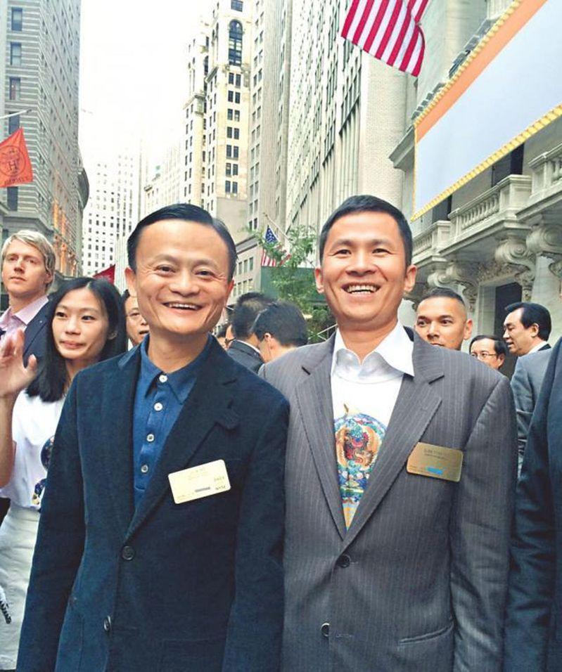 內地神祕富豪錢峰雷(前排右)在港遇襲受傷,他是螞蟻金服的間接股東,也是與馬雲(前排左)從中學認識至今的老朋友。(取材自微博)