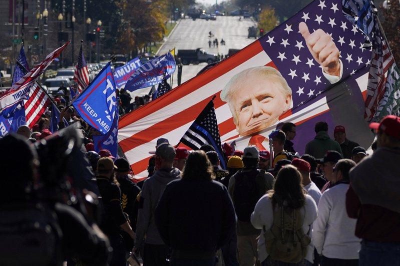 成千上萬的川普支持者14日在華府聚會,抗議大選舞弊不公。(美聯社)
