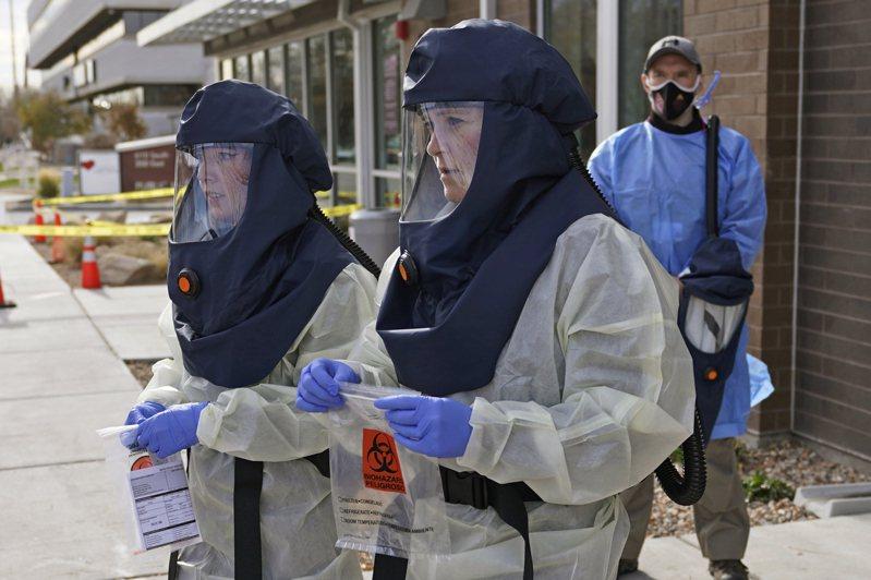 全美新冠疫情近來突然嚴重起來,專家預測明年1月底前,全美確診人數還要增加到上千萬,死亡人數攀升。圖為在猶他州的醫務檢測人員13日全副武裝進行檢測。(美聯社)