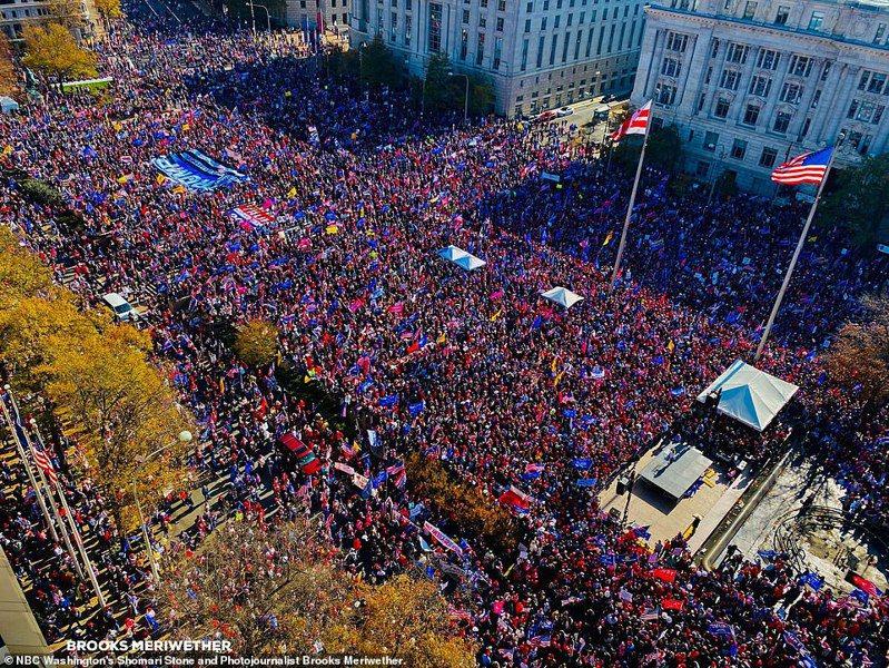 成千上萬的川普支持者14日在華盛頓「自由廣場」舉行大遊行,包括「女性支持川普」和「停止偷竊」(選票)等保守團體,抗議大選日有選票舞弊,並支持川普總統。這些聲稱舞弊的指控都未經證實。(取自推特)