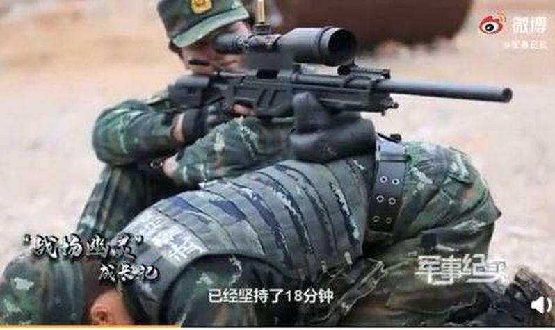女兵兩人一組維持狙擊姿勢。(取材自微博)