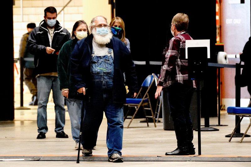 研究指世界上染新冠死亡率最嚴重的地點為北達科他州。圖為該州Bismarck鎮民眾本月3日戴口罩前往投票所投票。(路透)