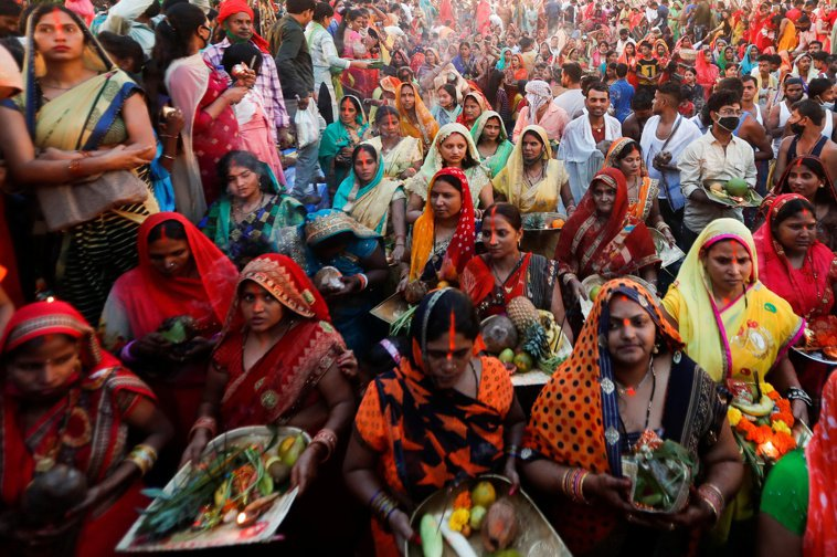 印度累計確診病例20日破900萬,孟買20日慶祝印度教太陽神節,卻無人帶口罩。路...