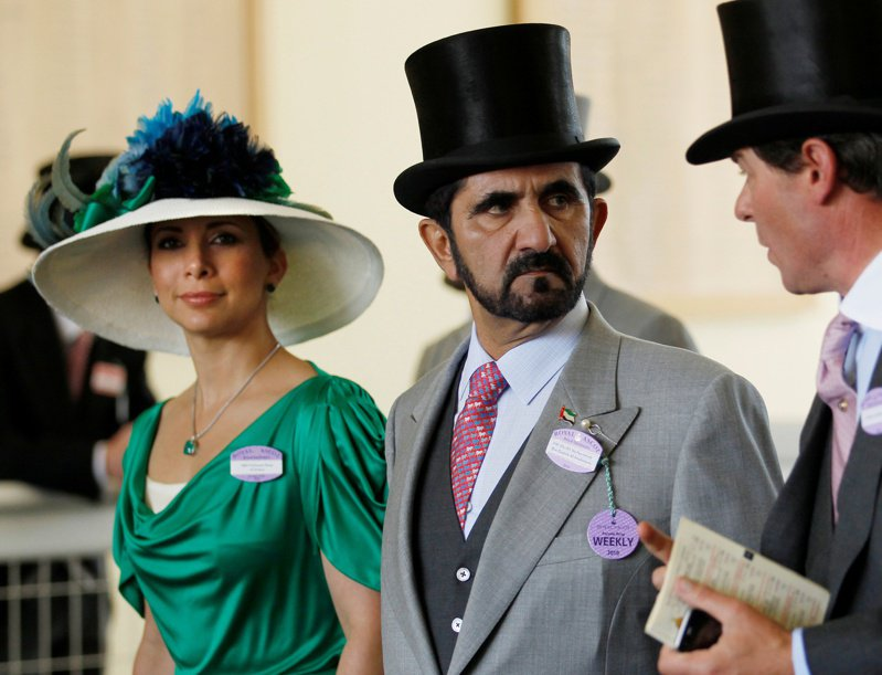 杜拜酋長拉希德(中)與前妻約旦哈雅公主(左)2010年6月檔案照。(路透資料照片)
